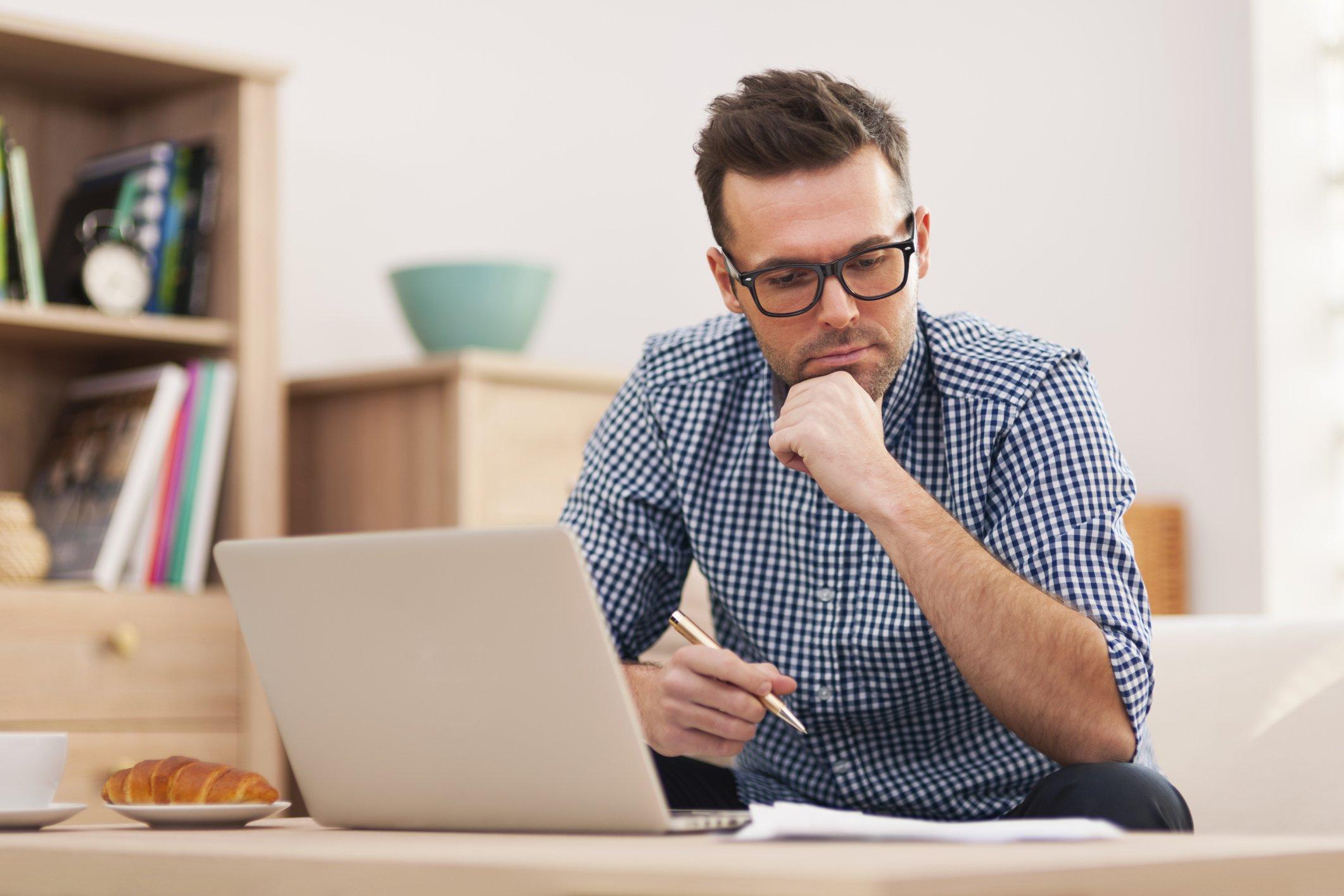 Ondernemer aan het werk op zijn laptop